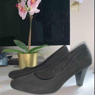 Jätte snygga högklackade skor av sammet (ser smutsiga ut på bilden men är ej det) Passar jätte bra med kjol och klänning även väldigt sköna Använda 1 gång Anledning till säljs:för små Ny pris: 300
