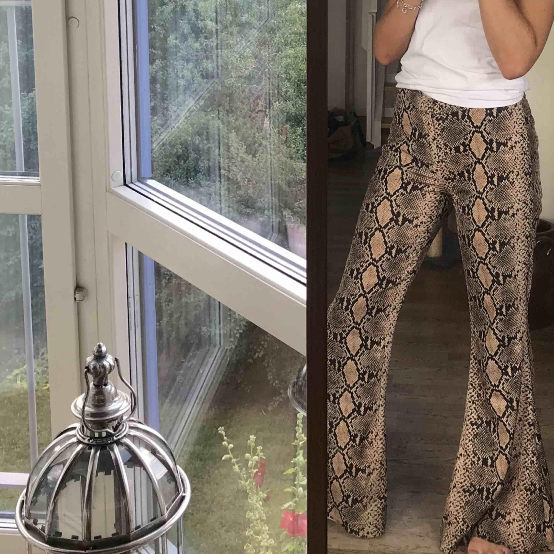 Svinsnygga brallor med ormskinnsmönster från Zara. Jätteskönt material och även mycket stretchiga!💓🧚♀️ köpta för 500 kr i vintras! FRAKT INGÅR I PRISET. Jeans & Byxor.