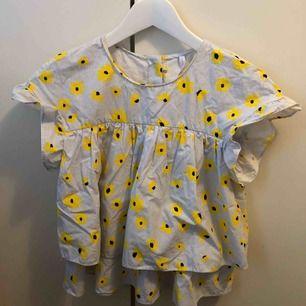 Fin blus ifrån Zara, säljer den för att den inte kommer till användning längre.
