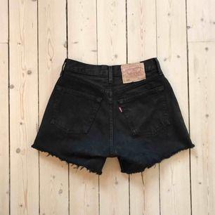 Svarta Levis 501 shorts, stl 27.