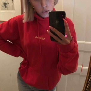 """Oversized röd hoodie från CALIROOTS. Tryck på framsidan där det står """"savage"""" i gult. Otroligt mjuk och bekväm samt en rymlig luva som enligt mig sitter perfekt."""
