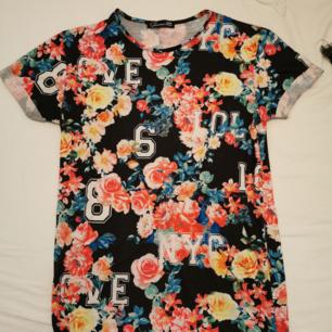 Köpt i Köpenhamn, snygg blommig t-shirt. Väldigt bekvämt material!