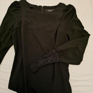 Svart tunnare långärmad tröja från Sisters. Spets längst ut på armarna.