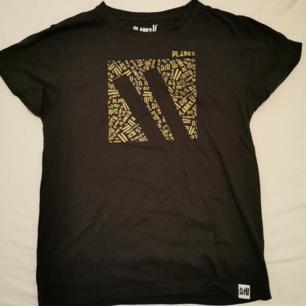 Tshirt från skidmärket Planks. Köpt i Val disere och knappt använd. Superskönt material och cool!