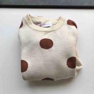En så himla söt stickad tröja i gräddvit och stora prickar. Sparsamt använd. Liten fläck (se bild 3) som knappt märks. Skickar alltid spårbar frakt med postnords skicka lätt (63kr) eller möter upp i centrala Gbg! 🌸