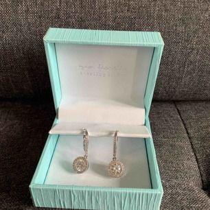 Ett par fina kvalitets örhängen i silver.  Helt oanvända! Orginallåda medföljer. Köparen står för frakten (20kr) 💕  ✨Kontakta gärna vid intresse!✨