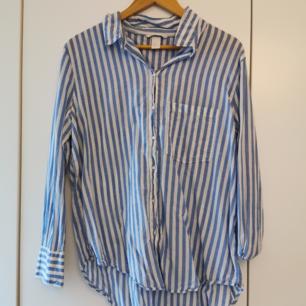 Ljusblå vit skjorta. Härlig!