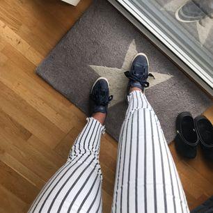 Sjukt coola & snygga jeans, vita med svarta ränder! Väldigt sköna och bekväma. Priset kan diskuteras, fraktar eller möts upp! Ställ frågor om du undrar något💕