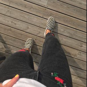 Supersnygga jeans med coola blom-detaljer, croppade nertill vilket ger ännu en snygg detalj! Skriv om du undrar något, pris kan diskuteras. Möts upp eller fraktar! Köparen står för frakt