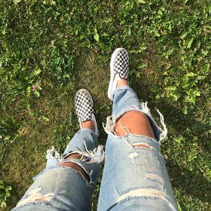 Otroligt balla boyfriend jeans med snygga slitningar, passar både S och M, beroende på hur man vill att de ska sitta. Jätte bekväma!! Pris kan diskuteras, möts upp eller fraktar. Köparen står för frakten
