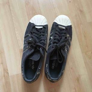 Svinsnygga adidas skor använda en gång, frakt 64kr. Ej kommit till användning därför d säljs.