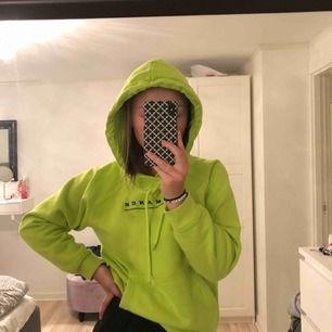 En grön fin hoodie som har ett svart tryck på bröstet där det står Romance. Riktigt cool tröja som går att styla snygga outfits till 💕 Tillkommer frakt!