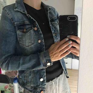 Tajt jeansjacka från vila strl xs. Frakt 64kr