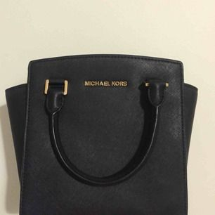 Almost new Large Selma Messenger from Michael Kors, all in back leather. The model that is not possible to buy in Sweden, I ordered from the US. It has a strap for keys and a long shoulder strap. Original price 2'200 SEK.