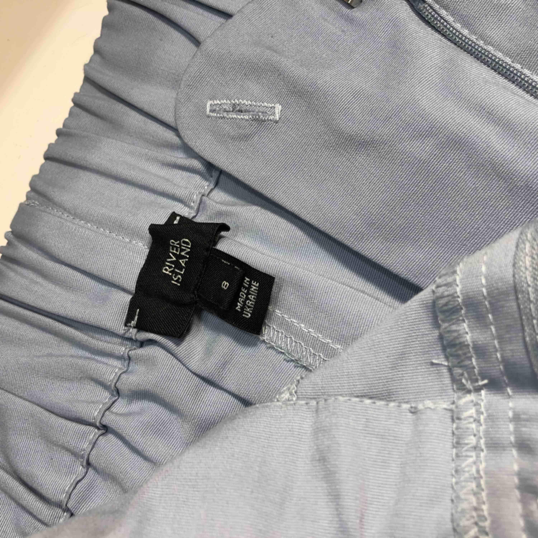 Snygga ljusblåa byxor ifrån River Island 💙 Plagget har aldrig kommit till användning och är därmed i helt nytt skick. Köparen står för frakten. Jeans & Byxor.