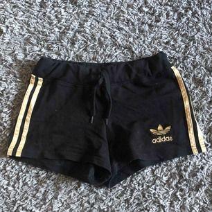 Supersköna och fina shorts från Adidas som tyvärr inte kommer till användning längre. Står att det är storlek M men jag skulle säga att dom är mer som S. Frakt tillkommer.