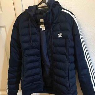 Adidas jacka i storlek S/36 passar M, ❤️använt knappt den😊först till kvarn kan gå ner till 600 kr vid snabb affär☺️