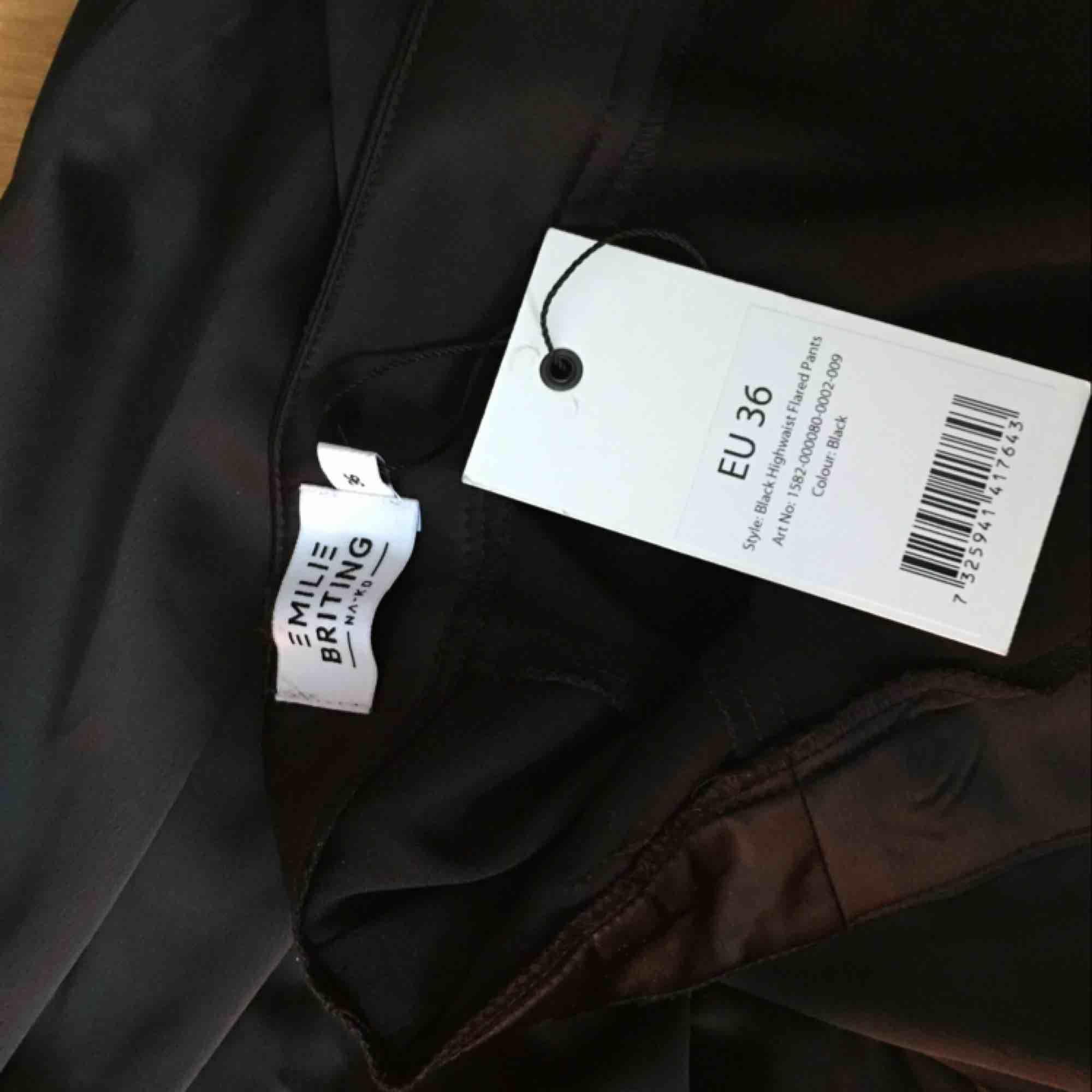 Säljer dessa sjukt snygga byxor från Nakd (x Emilie Briting) eftersom de aldrig används! Nypris 500, och de är aldrig använda och har lappen kvar! Möts i Malmö annars betalar köparen frakt! 🥰. Jeans & Byxor.