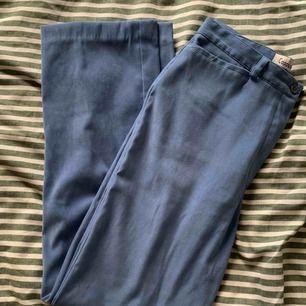 Vintage byxor med hög midja. Blått tyg med sammetskänsla. Frakt inkluderad i priset.