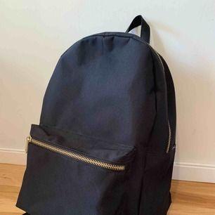 Herschel settlement backpack black. Har laptopfack för 15 tum. Fint skick. Perfekt ryggsäck för skolan. Volymen är 23l. FRAKT INKLUDERAD I PRISET.