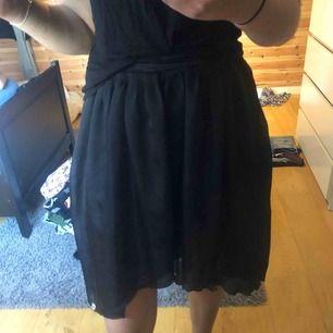 Söt svart kjol från Kling. Det är ett meshtyg över som är längre bak. Står att storleken är 1, vet inte riktigt vad det är men passar mig som är en S, lite för kort för mig som är 175. Frakt tillkommer.