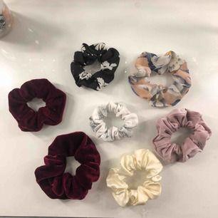 Olika scrunchies! 1 för 10kr eller alla för 50kr. Möts upp i Linköping annars står köpare för frakt. 💖💖💖 (OBS endast den vita i marmor kvar)