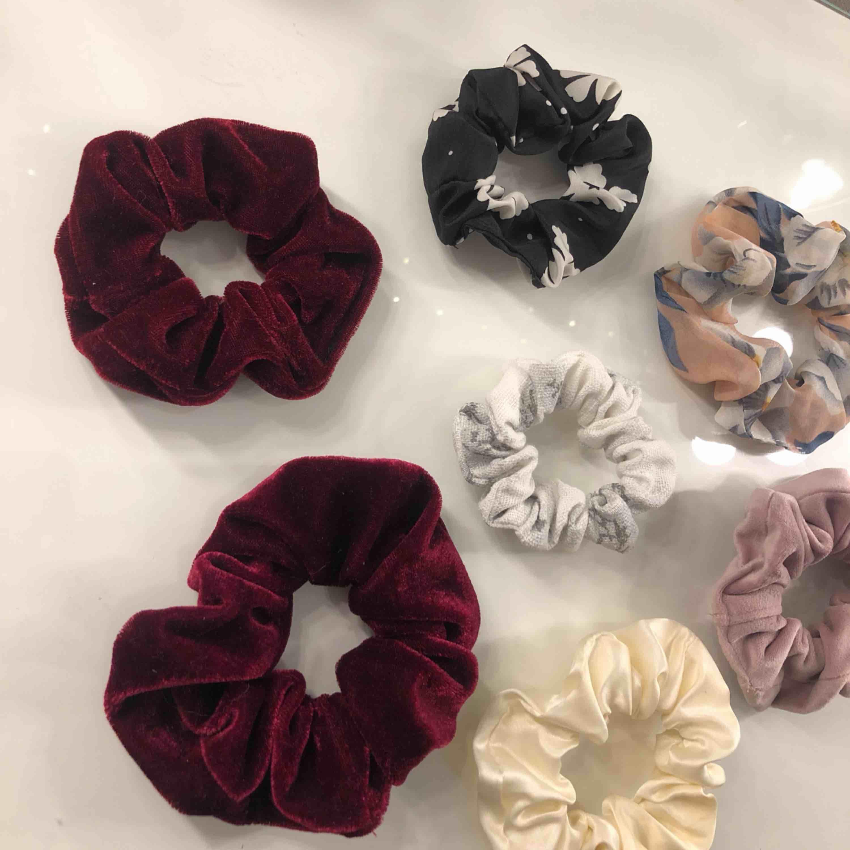 Olika scrunchies! 1 för 10kr eller alla för 50kr. Möts upp i Linköping annars står köpare för frakt. 💖💖💖 (OBS endast den vita i marmor kvar). Accessoarer.