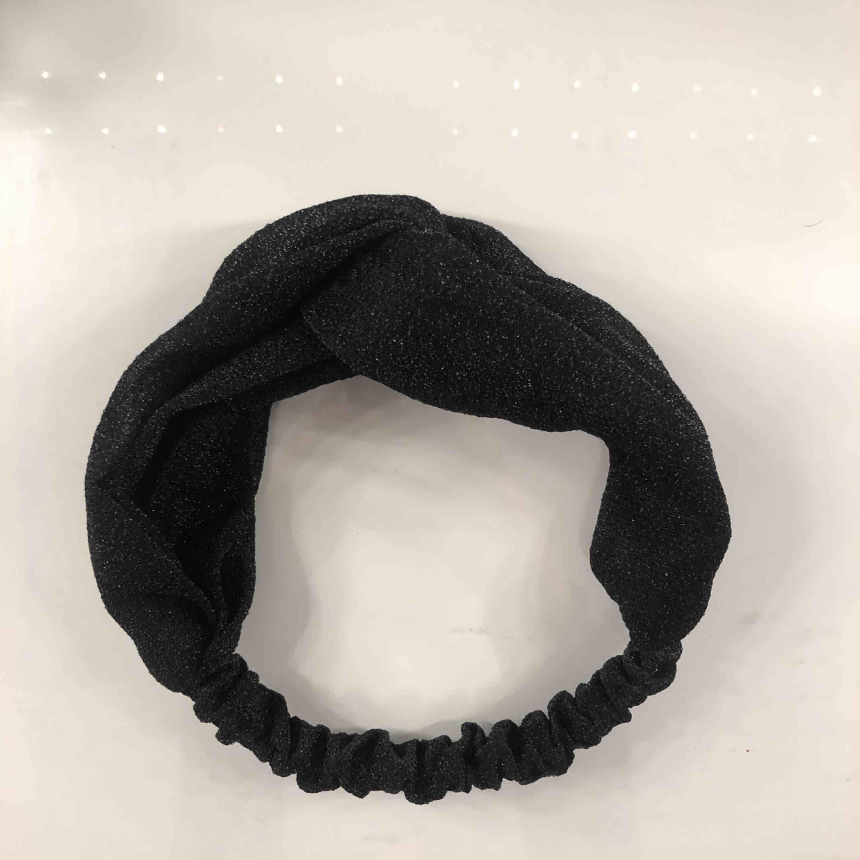 Svart glittrigt hårband! Det är skruvat som ni ser på bilden. Hårbandet är inte använt 💘 Möts upp i Linköping annars står köpare för frakt. 💖 . Accessoarer.