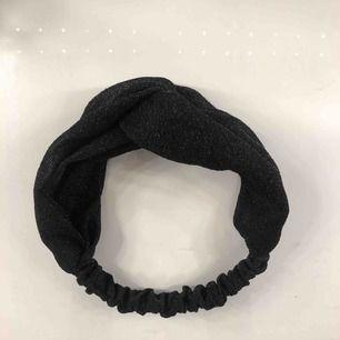 Svart glittrigt hårband! Det är skruvat som ni ser på bilden. Hårbandet är inte använt 💘 Möts upp i Linköping annars står köpare för frakt. 💖