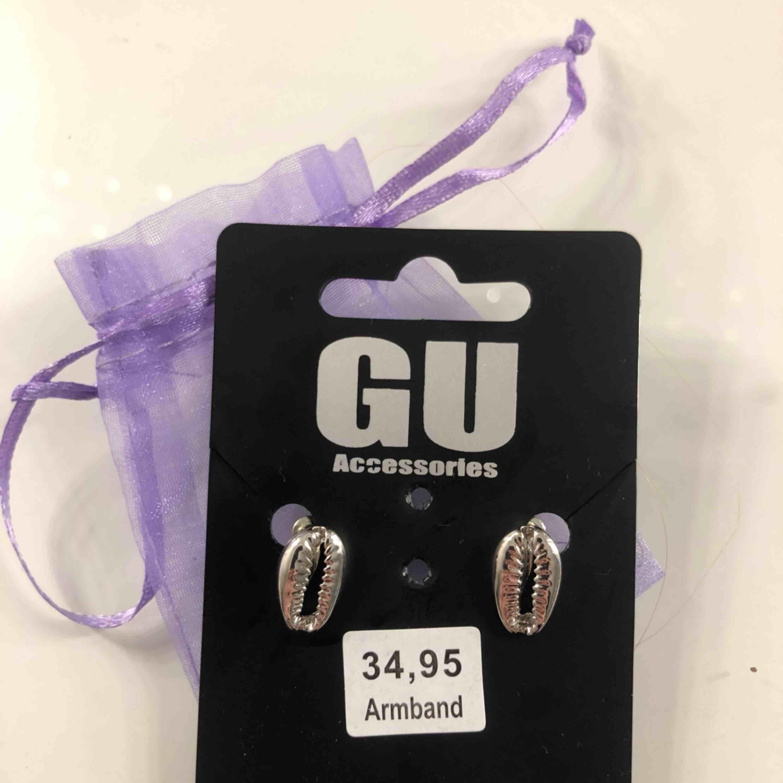 Silvriga snäckörhängen som aldrig är använda! Köptes för 80 kr och säljer för 40 💖 Möts upp i Linköping annars står köparen för frakt 💘💘. Accessoarer.
