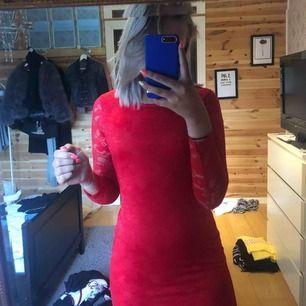 Superfin klänning från barnavdelningen på Cubus men den passar en xs eller en liten s. Säljer för att den är för kort för mig så kommer därför inte till användning. Nypris var 299 och har använt den 2 ggr. Ärmarna är helt i spets. Frakt tillkommer.