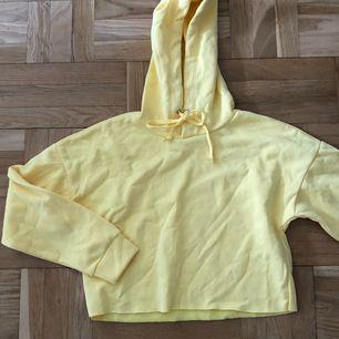 Cropped hoodie i gult. Nyskick. Möts upp i sthlm elr fraktar (+60kr) 💛