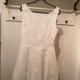 Vit spetsklänning, i helt ok skick. Vid noggrann inspektion ses slitna partier, se bild 3. 100kr inklusive frakt, kan mötas upp i Stockholm.