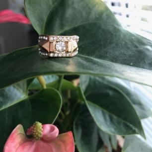 Ball guldig ring med diamantbling på💥Kan ej garantera nickelfrihet så köp ej vid allergi. Ringen är för stor för mig som oftast har st.5 eller 6 som motsvarar XS o S i ringar. Denna motsvarar ungefär st.M Frakt: 9:-