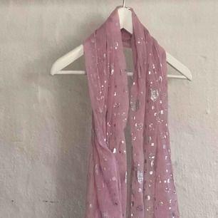 Transparent rosa scarf med silverhjärtan.