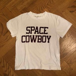 Fin t-shirt från Ganni i storlek S! Texten är vinröd sammetS Liten defekt vid halsen bara men går att sy lätt.