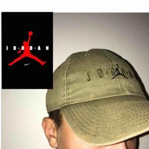 Fin Jordan keps köpt på fotlocker för 279kr. Unisex +frakt 50kr Bra skick, liten fläck på sidan på skärmen men man tänker inte på den
