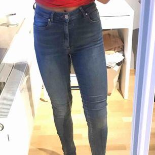 blåa jeans från bikbok, super strechiga och rätt så tunna. använda mycket därav rätt så slitna och kanske inte bästa kvalite men dom funkar. Frakt tillkommer