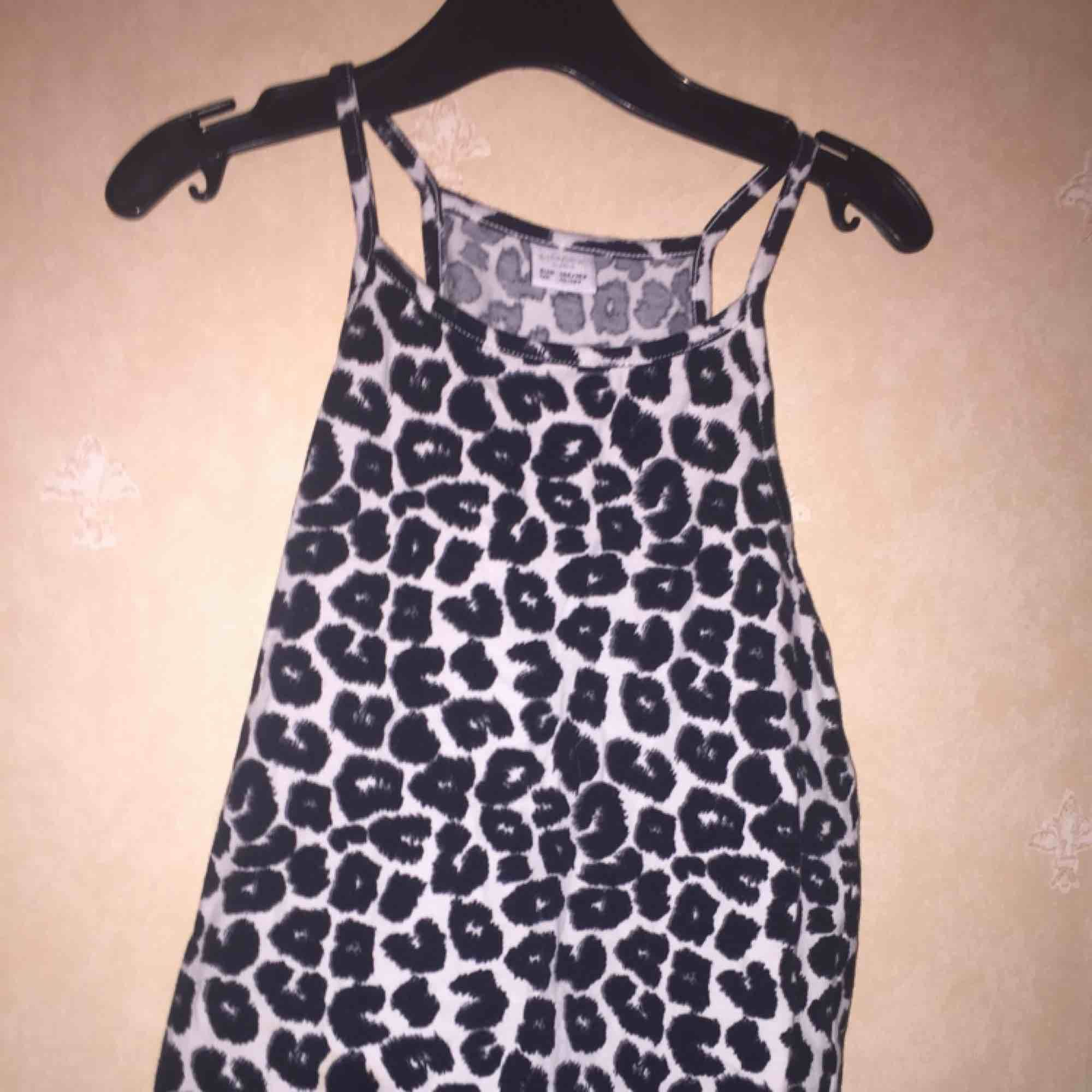 Ett leopard mönstrat linne. Aldrig använd. Köpt på Lindex för ca 100kr.. Övrigt.