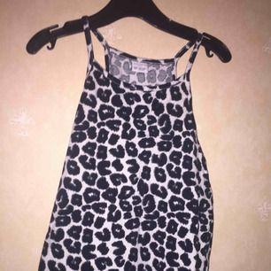 Ett leopard mönstrat linne. Aldrig använd. Köpt på Lindex för ca 100kr.