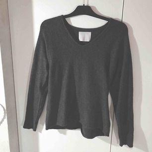 Super skön urringad gråsvart stickad tröja  Köpt på Ullared Passar oxå M/L  Frakt tillkommer!