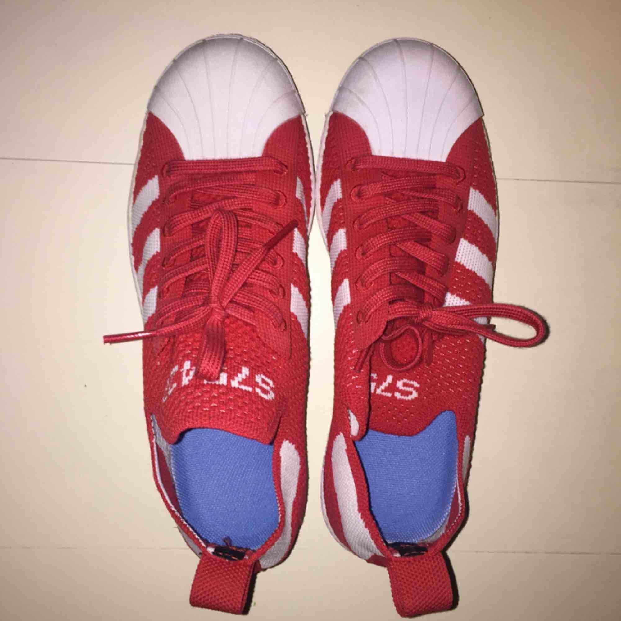 Adidas Superstar flyknit 80s OANVÄNDA storlek 38. Frakt tillkommer :). Skor.