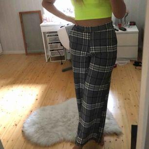 Fina byxor från Gina Tricot. Jag är 1,73 och byxorna är i storlek s.   Köparen står för frakt men jag kan mötas.