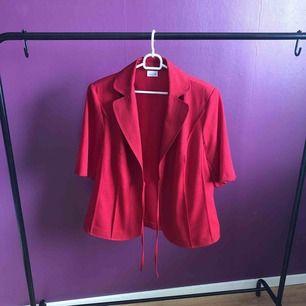 Så fin röd skjorta i skönt material, perfekt för denna varma sommar! Går att knyta eller ha löst :) Har en liknande i gult på min sida!