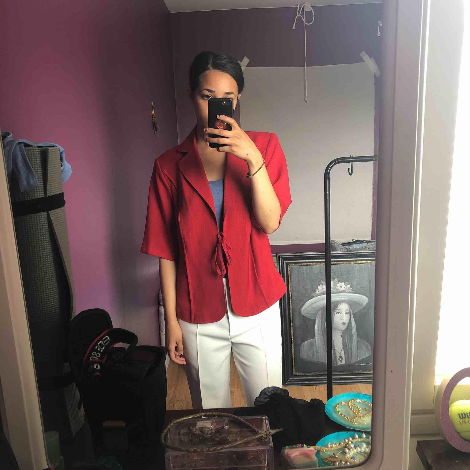 Så fin röd skjorta i skönt material, perfekt för denna varma sommar! Går att knyta eller ha löst :) Har en liknande i gult på min sida!. Toppar.