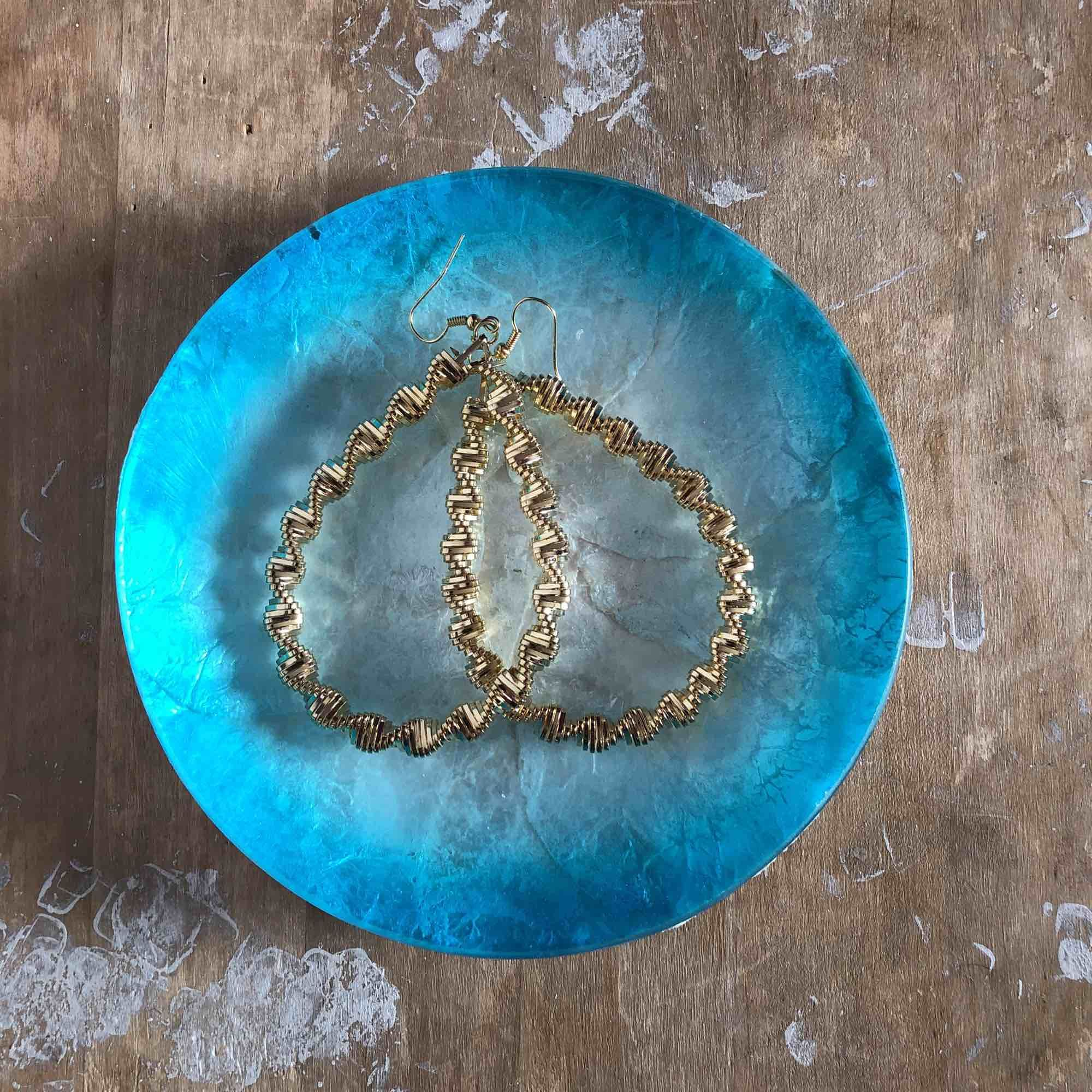 Vackra örhängen i spiralform, endast testade men desinfekterar dem självklart innan!. Accessoarer.