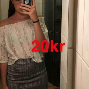 Jätte fin off-shoulder blus från Gina tricot! Är XS men passar S och M då den är väldigt stretchig:) frakt ingår ej (ca 40kr)💕