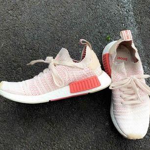 Adidas originals NMD_R1 STLT PK, Helt oanvända så skorna är i nyskick.  Säljer pga. Ej kommer till användning. Nypris: 1695:-