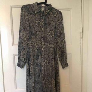 Långklänning från HM-Morris kollektion.  Fint skick.