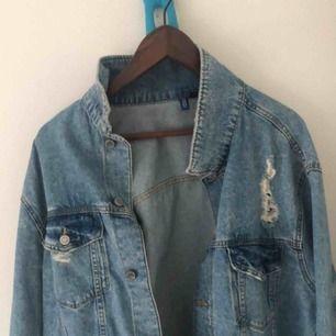 Säljer en Jeansjacka från H&M. Storlek L. Jeansjackan är ljusblå med mörka toner. Jeansjackan är i sliten design. Använd endast en gång och är i perfekt skick. Passar både er med storlek M och L. 200 kr
